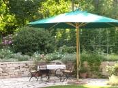 Sommerterrasse mit Trockenmauer und Sichtschutzpflanzung
