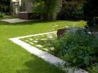 Platten mit Rasenfuge und Gartenbrunnen