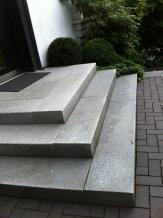 Eingangspodest mit Granitstufen