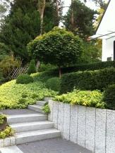 Geländeabfang Hauszugangsbereich mit Granitstelen